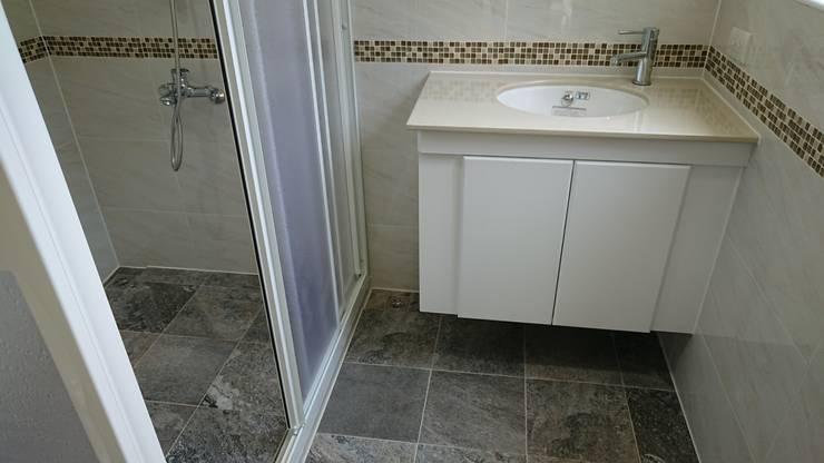 舒適的住家品質-黑白灰簡潔設計:  浴室 by 築地岩移動宅