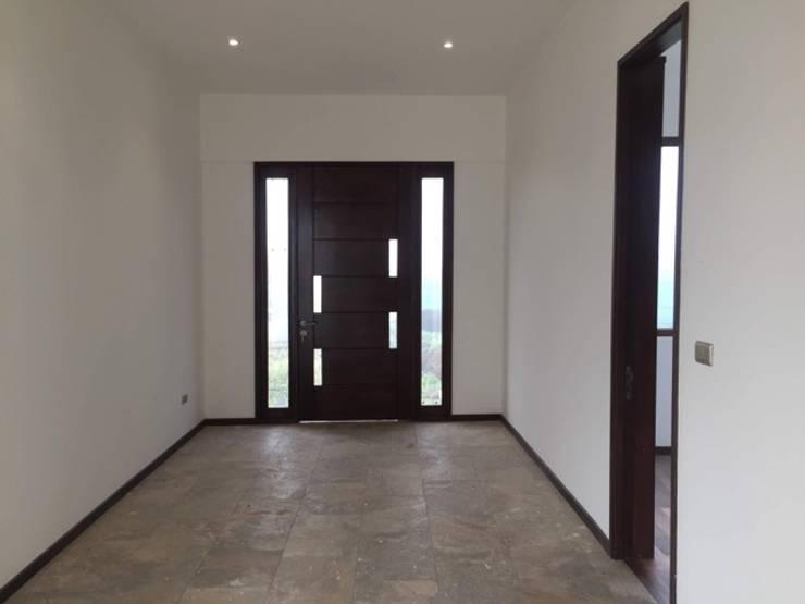 Construcción de Casa en Santiago por ARQSOL: Puertas de entrada de estilo  por Arqsol