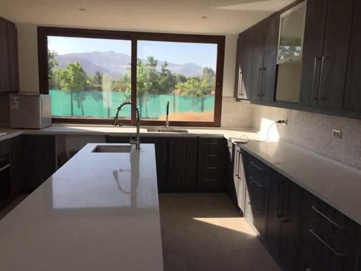 Construcción de Casa en Santiago por ARQSOL: Cocinas equipadas de estilo  por Arqsol
