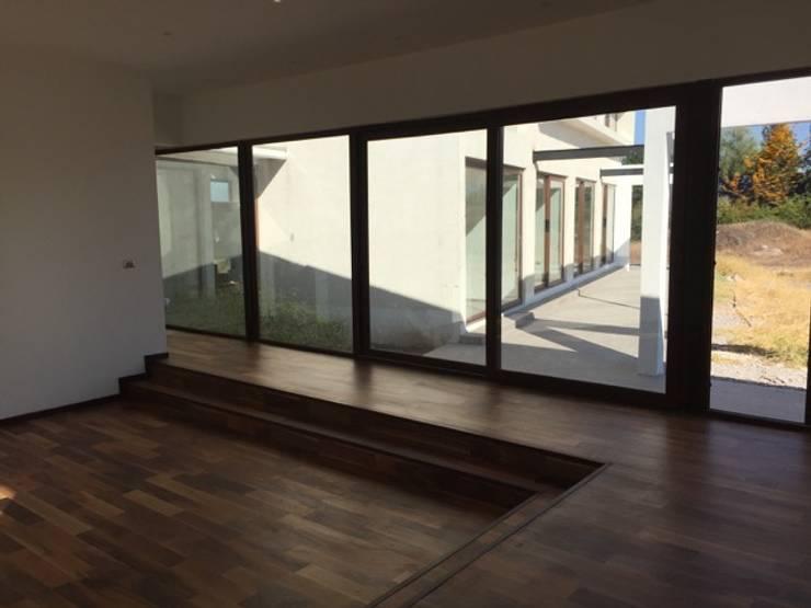 Construcción de Casa en Santiago por ARQSOL: Livings de estilo  por Arqsol