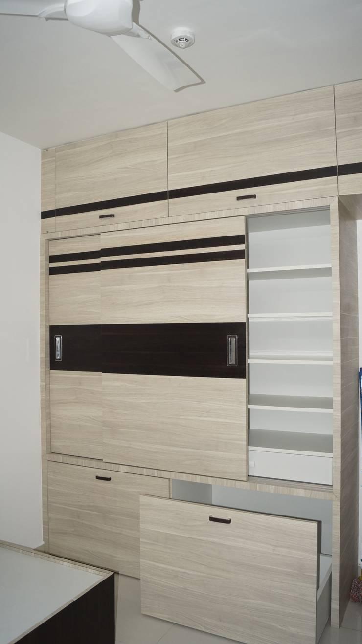 wardrobe :  Bedroom by decormyplace