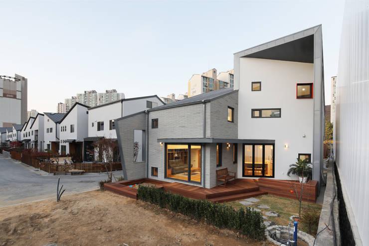 용인 동백주택 상상가득 야경: 주택설계전문 디자인그룹 홈스타일토토의  목조 주택