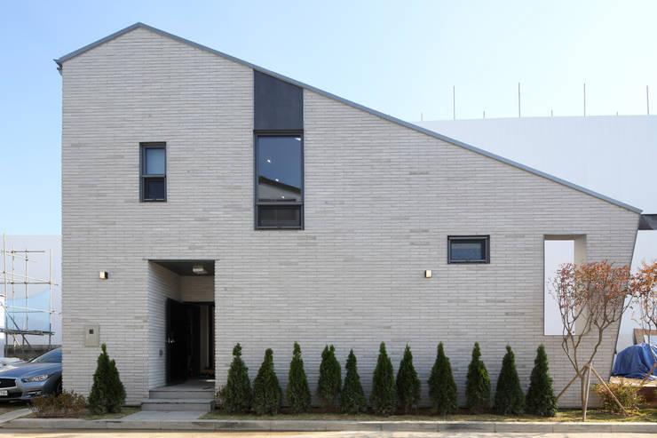 용인 동백주택 상상가득 입면: 주택설계전문 디자인그룹 홈스타일토토의  목조 주택