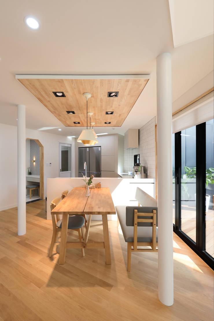 거실과 주방사이 응접실: 주택설계전문 디자인그룹 홈스타일토토의  다이닝 룸