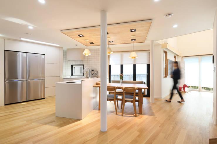 마당으로 개방된 응접실과 주방: 주택설계전문 디자인그룹 홈스타일토토의  주방 설비