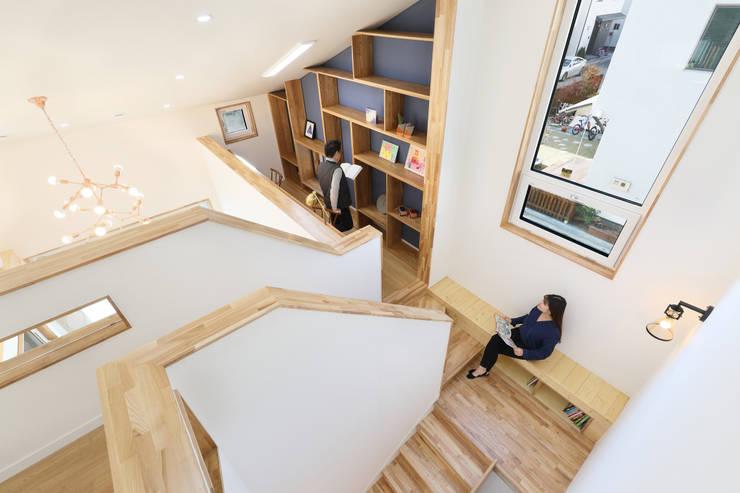 계단옆 짜투리 서재: 주택설계전문 디자인그룹 홈스타일토토의  서재 & 사무실