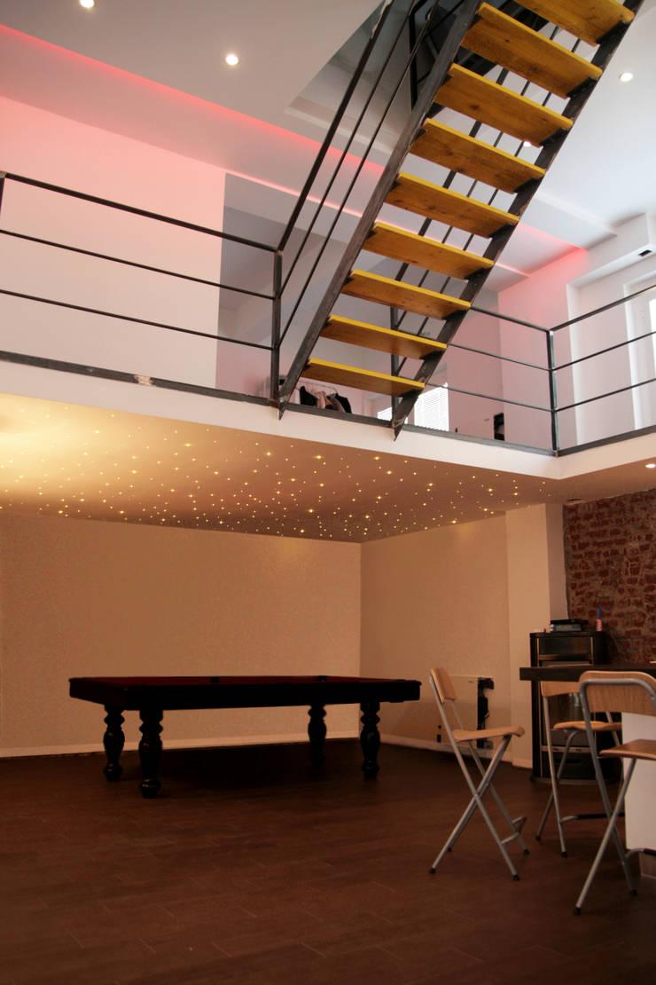 LOFT ABITAZIONE: Soggiorno in stile  di CDA studio di architettura