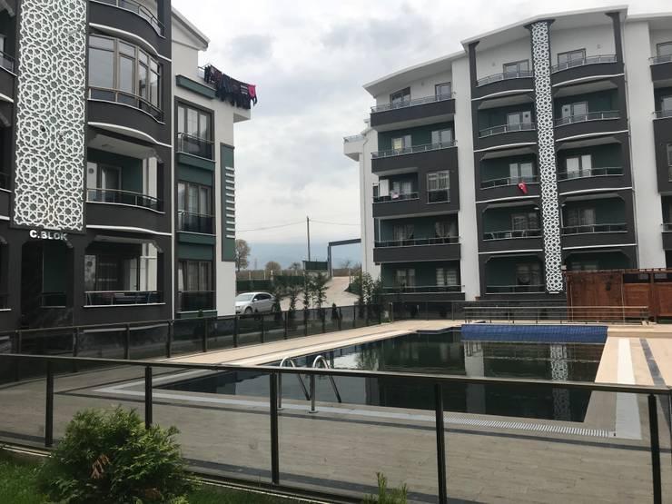 Halif yapı – ÖZ MİROĞLU CENTER PARK EVLERİ:  tarz Apartman