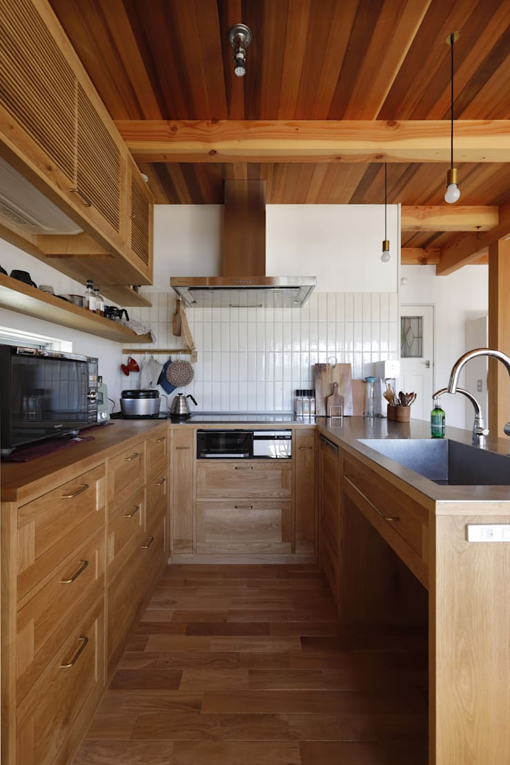 Rustic style kitchen by 悠らり建築事務所 Rustic Solid Wood Multicolored