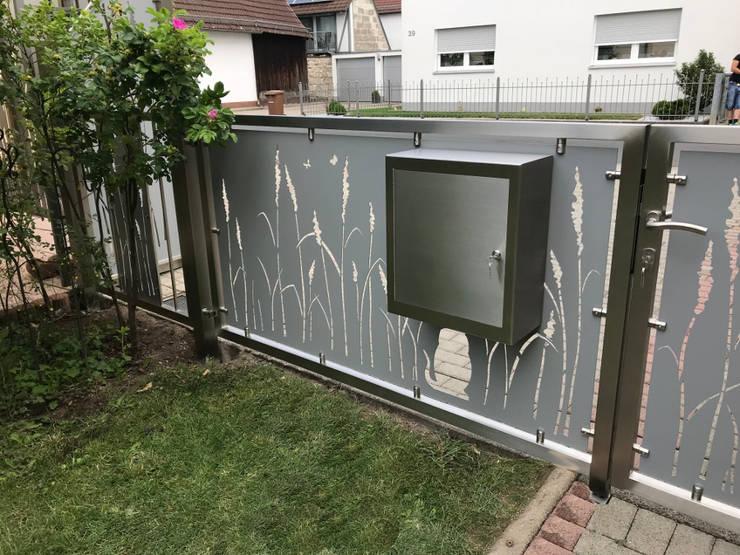 Integrierter Postkasten:  Vorgarten von Edelstahl Atelier Crouse - individuelle Gartentore