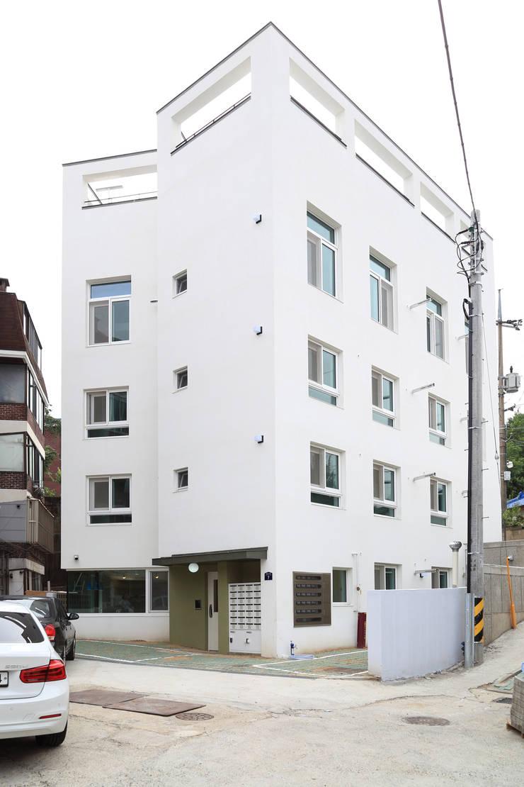 전면외관: OUA 오유에이의  소형 주택
