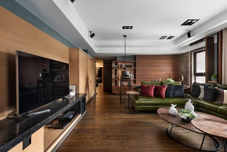 客廳空間採用大量木質元素 Asian style living room by 宸域空間設計有限公司 Asian