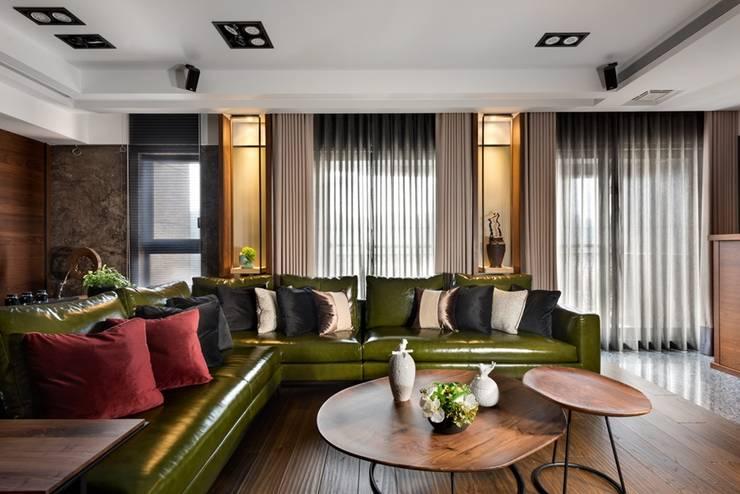 綠色的皮沙發與木質家具地板搭配起來很有大地色系 Asian style living room by 宸域空間設計有限公司 Asian