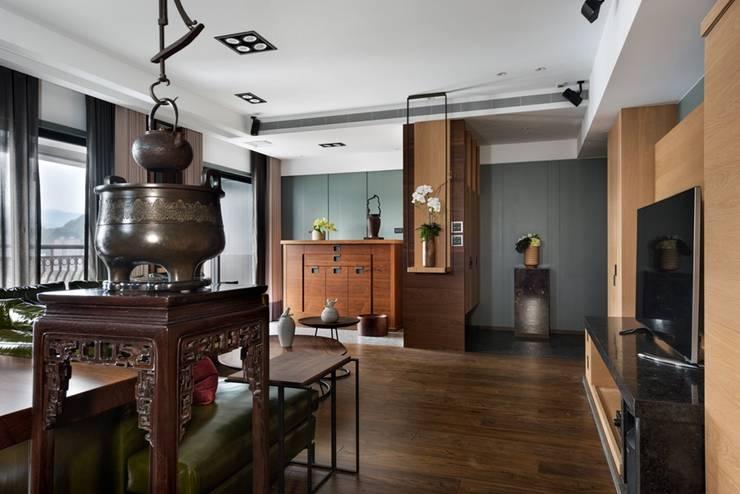 玄關的屏風讓人一進門不會直視陽台,並且有收納功能 Asian style corridor, hallway & stairs by 宸域空間設計有限公司 Asian