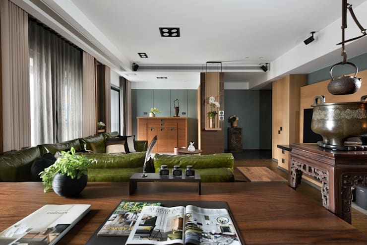 從書桌角度望向客廳 Asian style living room by 宸域空間設計有限公司 Asian