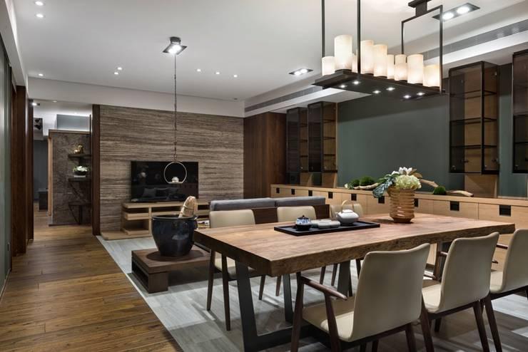 容納多人並兼具娛樂社交功能 Asian style dining room by 宸域空間設計有限公司 Asian