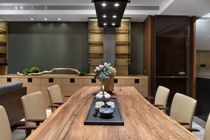 """餐桌採用原木裁切,更符合屋主對於""""老""""的感覺 Asian style dining room by 宸域空間設計有限公司 Asian"""