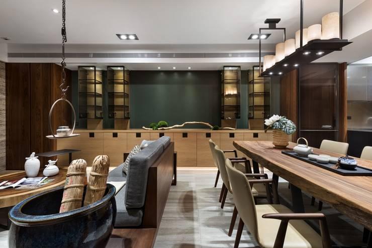 餐廳牆面有一整排的收納櫃 Asian style dining room by 宸域空間設計有限公司 Asian