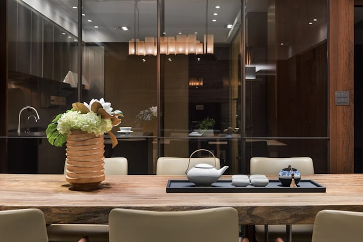 玻璃式拉門將廚房與餐廳隔開,卻又不完全封閉 Asian style dining room by 宸域空間設計有限公司 Asian