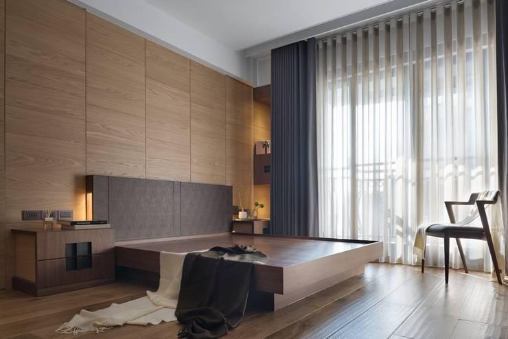 主臥大片的落地窗讓室內明亮:  小臥室 by 宸域空間設計有限公司