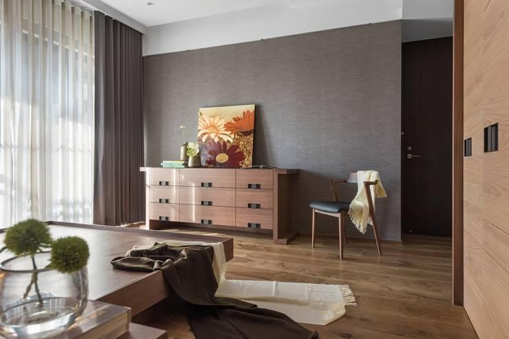 木質五斗櫃與牆面跟地面搭配和諧:  牆面 by 宸域空間設計有限公司