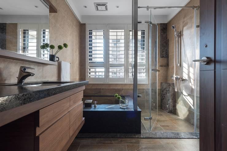 泡湯式的浴池:  浴室 by 宸域空間設計有限公司