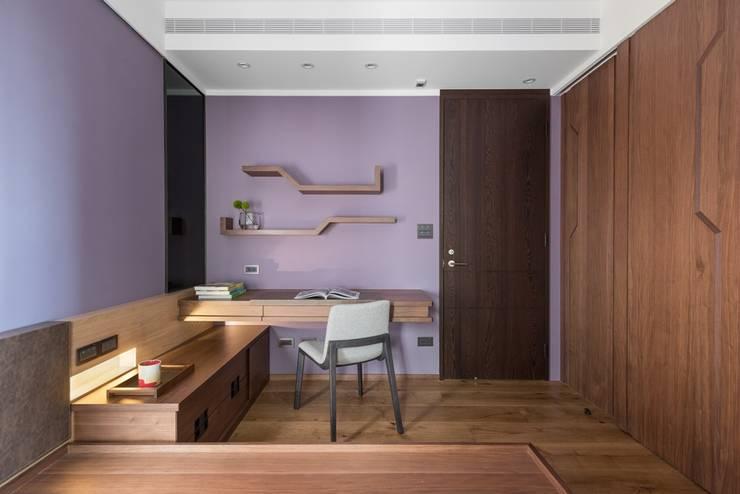 牆面上簡單的書架層:  牆面 by 宸域空間設計有限公司