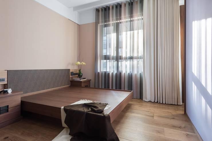 次臥二則採用大地色系:  小臥室 by 宸域空間設計有限公司