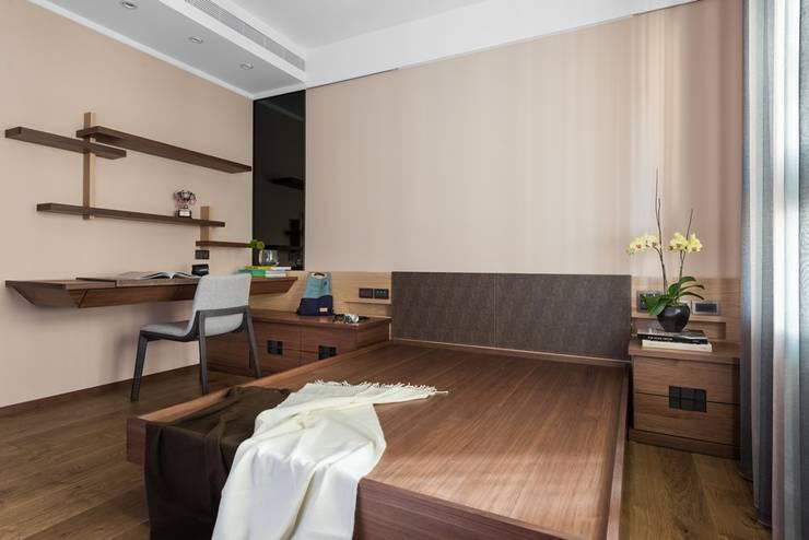 牆面也訂製簡單的書架層:  小臥室 by 宸域空間設計有限公司