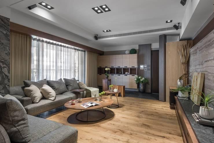 玄關落塵區與客廳地板用不同材質區隔:  客廳 by 宸域空間設計有限公司