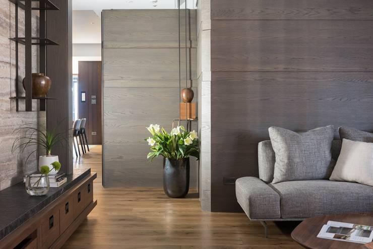 客廳通往餐廳的廊道:  走廊 & 玄關 by 宸域空間設計有限公司