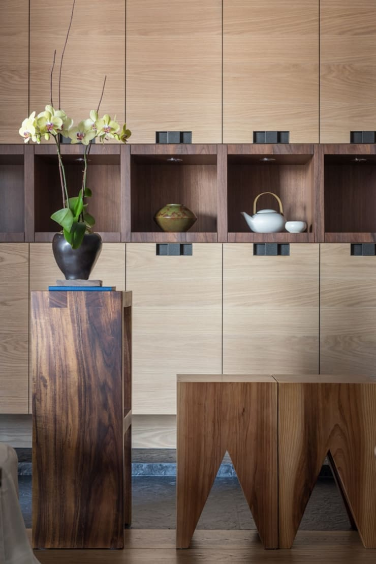 玄關處的收納櫃也兼具展示櫃的功能:  客廳 by 宸域空間設計有限公司