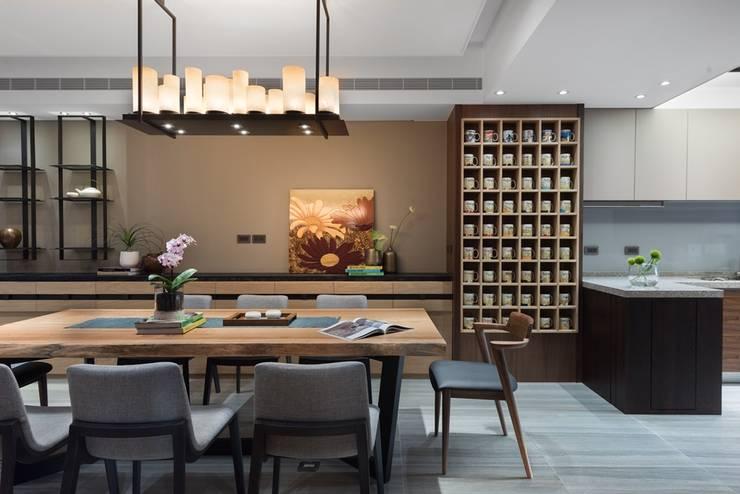 大片收納牆放上屋主收集的馬克杯成為另類裝飾:  牆面 by 宸域空間設計有限公司