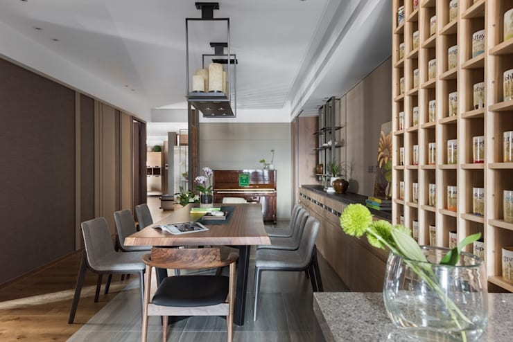 從廚房望出餐廳的視角:  餐廳 by 宸域空間設計有限公司
