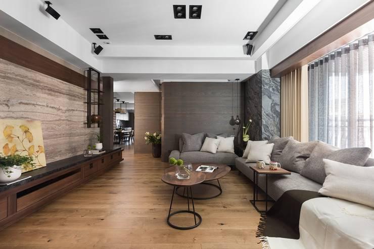 灰色的L型沙發與背牆相互喝應:  客廳 by 宸域空間設計有限公司