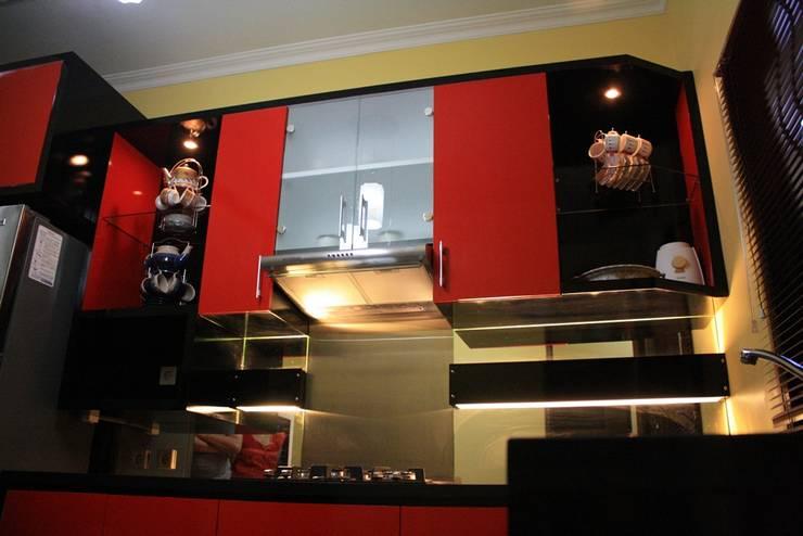Interior Rumah Parahyangan Rumah Village:  Dapur by Koloni Tri Arsitama