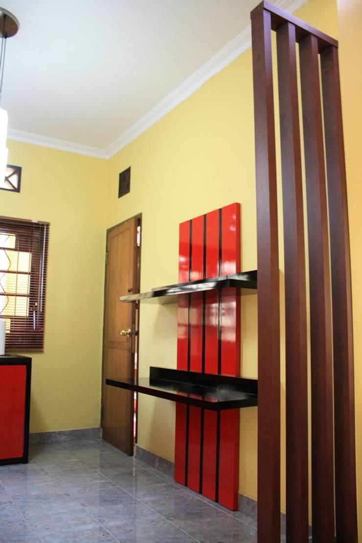 Interior Rumah Parahyangan Rumah Village:  Living room by Koloni Tri Arsitama