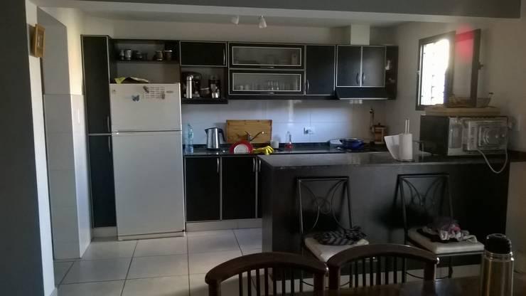 Foto de la cocina desde el comedor:  de estilo  por Ponce Interiores