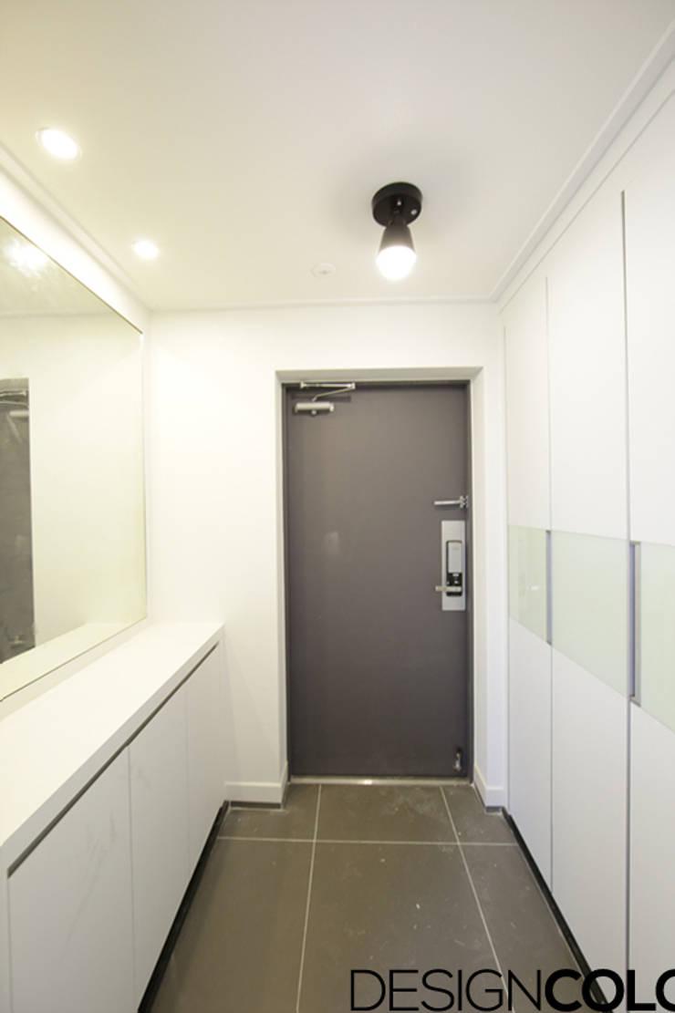 마포구 신수동 마포경남아너스빌 아파트 인테리어 32평: DESIGNCOLORS의  복도 & 현관,