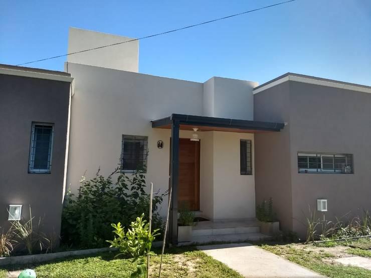 fachada: Casas unifamiliares de estilo  por ECOS DE SOL (Ingeniería y Construcción),