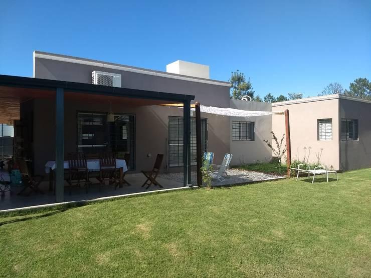 contrafachada: Casas unifamiliares de estilo  por ECOS DE SOL (Ingeniería y Construcción),