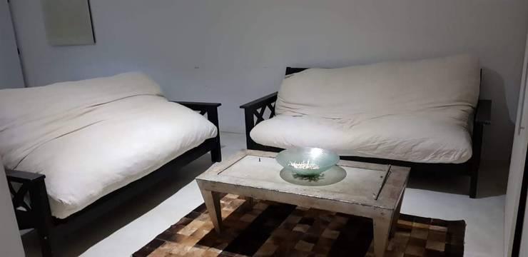 futones viejos: Livings de estilo  por MSBergna.com,