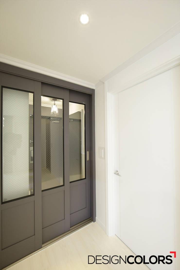 서초구 서초동 삼풍아파트 아파트인테리어 32평: DESIGNCOLORS의  복도 & 현관