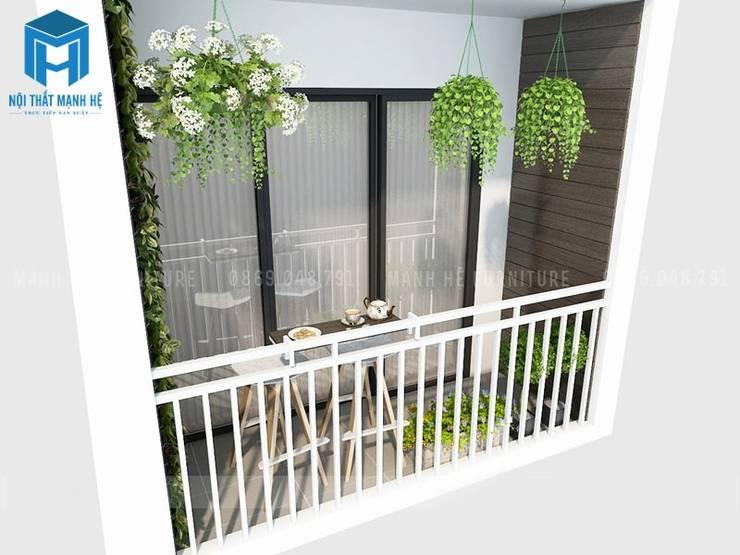 Ban công nhỏ của ngôi nhà ngập tràn sắc xanh của các chậu cây trang trí:  Hiên, sân thượng by Công ty TNHH Nội Thất Mạnh Hệ