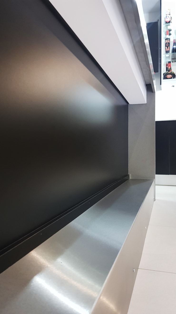 Modern and contrasting:  Kitchen units by ilisi   Interior Architectural Design,