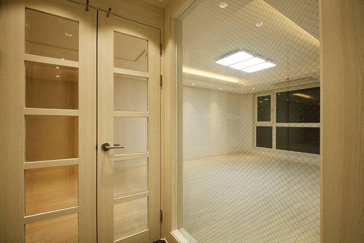 광장동 워커힐팰리스 40py 현관: Design Daroom 디자인다룸의  복도 & 현관,모던