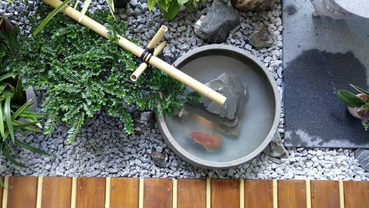 迷你魚池讓屋主能享受養魚趣:  陽台、門廊與露臺 by 大地工房景觀公司