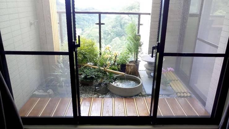 陽台一望出去,庭園造景與屋外的植物讓人眼睛感到無比舒適:  庭院池塘 by 大地工房景觀公司