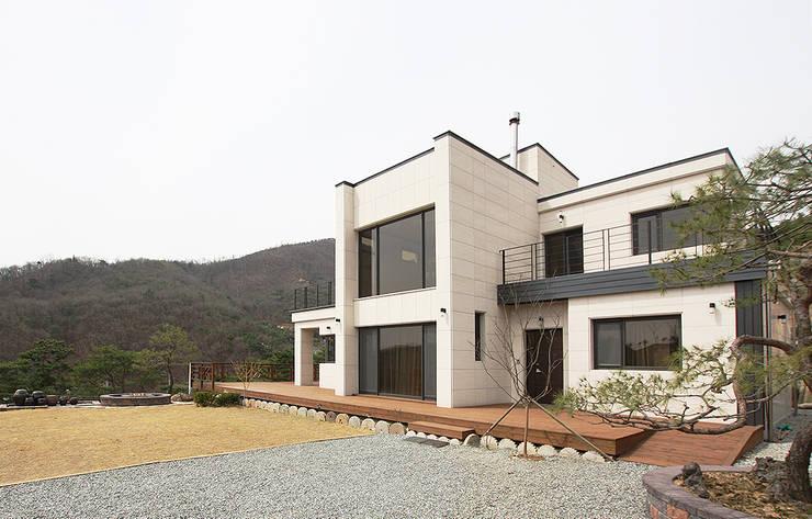 주택외부: 더존하우징의  전원 주택
