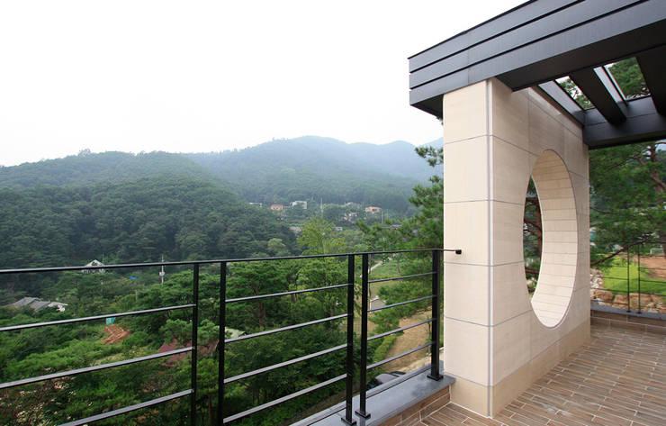 주택외부: 더존하우징의  베란다,모던